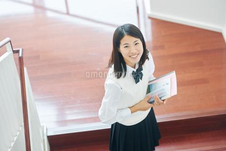 ノートを手にしている女子高生の写真素材 [FYI01822939]