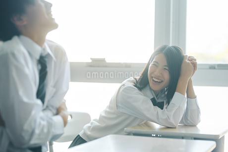 休み時間に教室で談笑する男女の高校生の写真素材 [FYI01822941]