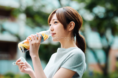 デトックスウォーターで水分補給をする若い女性の写真素材 [FYI01822961]