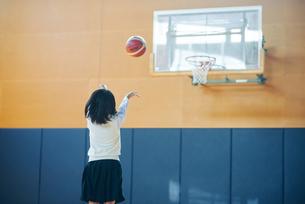 体育館でバスケットボールをしている女子高生の写真素材 [FYI01822965]