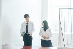 教室移動で談話する男女の高校生の写真素材 [FYI01822971]