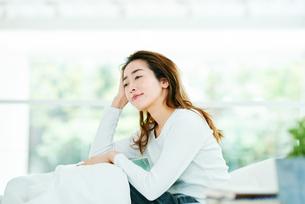 ベッドの上でリラックスする女性の写真素材 [FYI01822975]