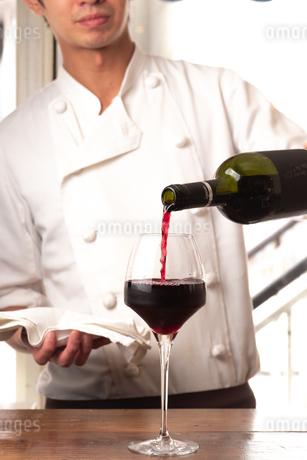 ソムリエがグラスにワインを注ぐの写真素材 [FYI01822990]