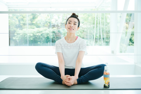 リラックスした表情で座る女性の写真素材 [FYI01823002]