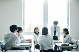 休み時間に教室で雑談する高校生の写真素材 [FYI01823006]