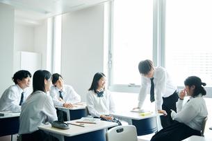 休み時間に教室で雑談する高校生の写真素材 [FYI01823010]