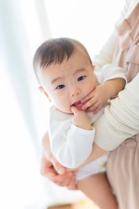 母に抱かれる日本人赤ちゃんの写真素材 [FYI01823019]