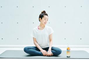 リラックスした表情で座る女性の写真素材 [FYI01823024]