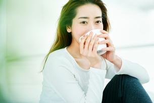温かい飲み物を飲む女性の写真素材 [FYI01823028]