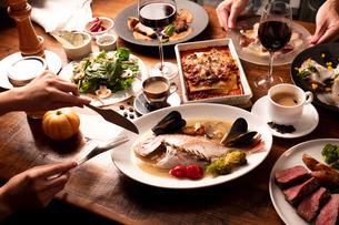 パーティの食事風景の写真素材 [FYI01823029]