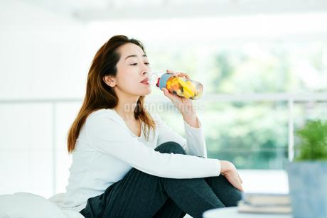デトックスウォーターを飲む女性の写真素材 [FYI01823041]