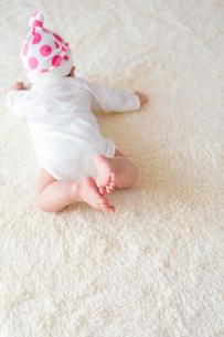 ハイハイする日本人赤ちゃんの写真素材 [FYI01823047]