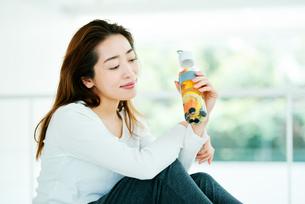 デトックスウォーターを飲む女性の写真素材 [FYI01823055]