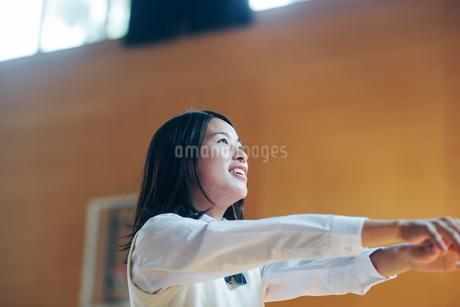 体育館でバスケットボールをしている女子高生の写真素材 [FYI01823060]
