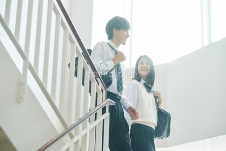 教室移動で談話する男女の高校生の写真素材 [FYI01823068]