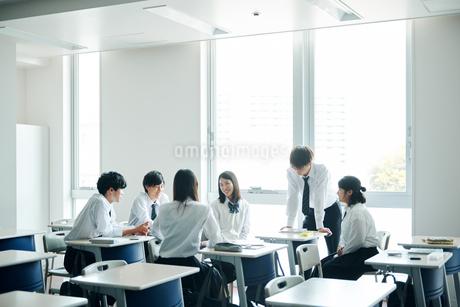 休み時間に教室で雑談する高校生の写真素材 [FYI01823071]