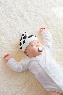 おしゃぶりをくわえた日本人赤ちゃんの写真素材 [FYI01823072]