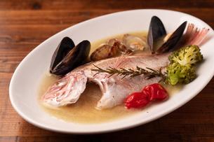 瀬戸内鮮魚のアクアパッツァの写真素材 [FYI01823074]