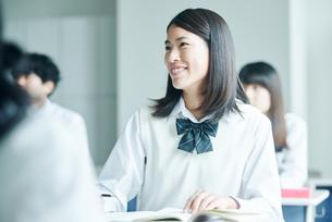 教室でを授業を受ける女子高校生の写真素材 [FYI01823088]