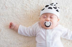 おしゃぶりをくわえた日本人赤ちゃんの写真素材 [FYI01823097]