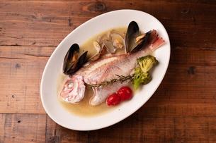 瀬戸内鮮魚のアクアパッツァの写真素材 [FYI01823107]