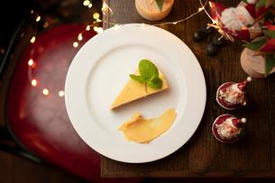 クリスマスディナーのチーズケーキの写真素材 [FYI01823120]
