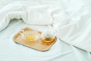 ベッドの上に置かれた紅茶の写真素材 [FYI01823142]