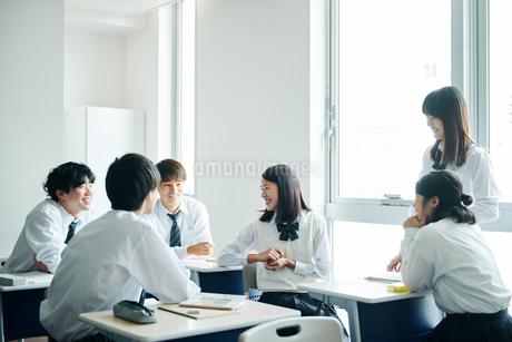 休み時間に教室で雑談する高校生の写真素材 [FYI01823150]