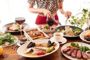 イタリアンのコース料理を楽しむ女性の写真素材 [FYI01823193]