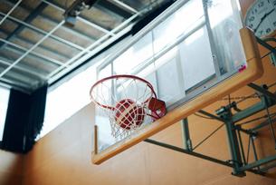 体育館のバスケットゴールの写真素材 [FYI01823196]