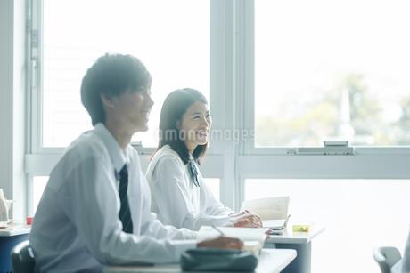 教室でを授業を受ける女子高校生の写真素材 [FYI01823207]