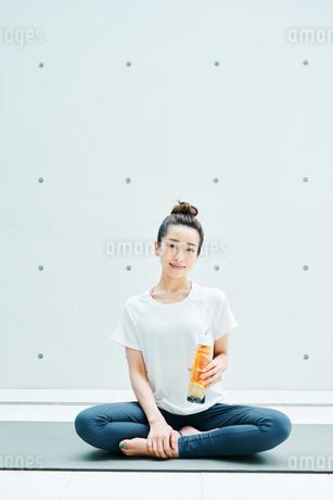 デトックスウォーターを手に笑顔の女性の写真素材 [FYI01823214]