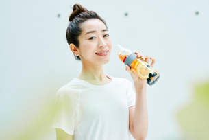 デトックスウォーターを飲む女性の写真素材 [FYI01823229]