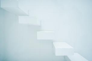 白い階段の写真素材 [FYI01823241]