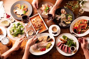 パーティの食事風景の写真素材 [FYI01823249]