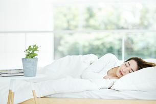寝ている女性の写真素材 [FYI01823261]