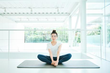 リラックスした表情で座る女性の写真素材 [FYI01823266]