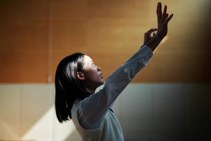体育館でバスケットボールをしている女子高生の写真素材 [FYI01823275]