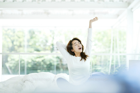 寝起きの女性の写真素材 [FYI01823279]