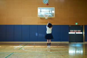 体育館でバスケットボールをしている女子高生の写真素材 [FYI01823283]