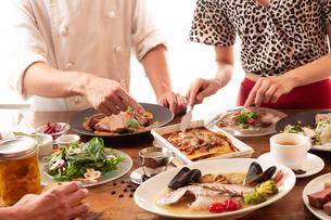 イタリアンのコース料理をシェフから説明される女性の写真素材 [FYI01823302]