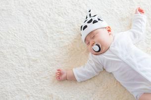 おしゃぶりをくわえた日本人赤ちゃんの写真素材 [FYI01823303]
