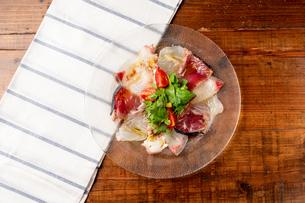 魚のカルパッチョの写真素材 [FYI01823315]