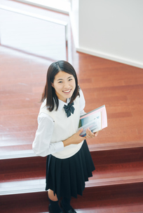 ノートを手にしている女子高生の写真素材 [FYI01823336]