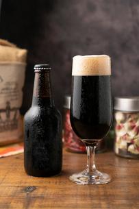 黒ビールと瓶の写真素材 [FYI01823367]