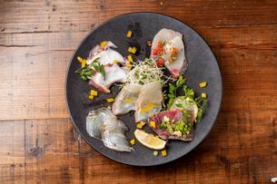 瀬戸内直送 活〆鮮魚のカルパッチョの写真素材 [FYI01823370]