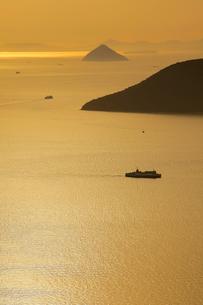 屋島より望む夕暮れの瀬戸内海の写真素材 [FYI01823442]