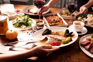 パーティの食事風景の写真素材 [FYI01823465]