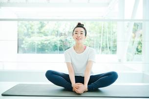 リラックスした表情で座る女性の写真素材 [FYI01823485]