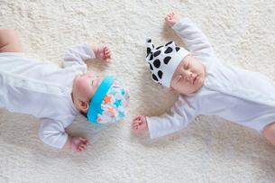 仰向けに寝る日本人の赤ちゃんの写真素材 [FYI01823507]